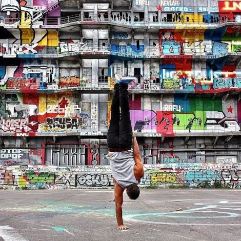 Breakdancer-at-Famous-Paris-Landmarks-15
