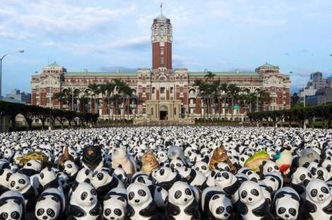 Papier-mache-Pandas-in-Hong-Kong5-640x426