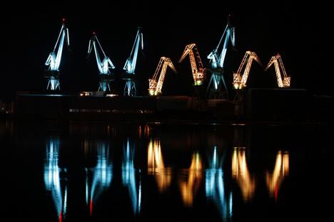Column-Lighting-Giants-Skira-Cranes-project-photo-Goran-Sebelic-4